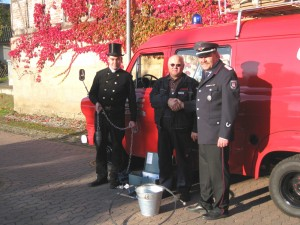 Ditmar Strohmeier überreicht Schornsteinbrand-Set
